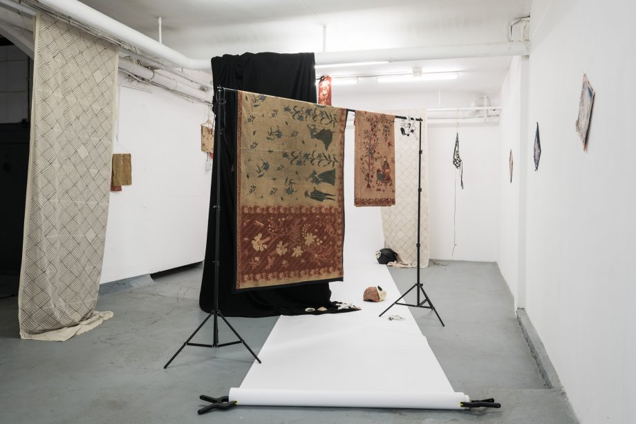 nstallation view: Ada Van Hoorebeke - Where Batik Belongs - Frankfurt am Main, basis project space 2017, photo: Frithjof Kjer