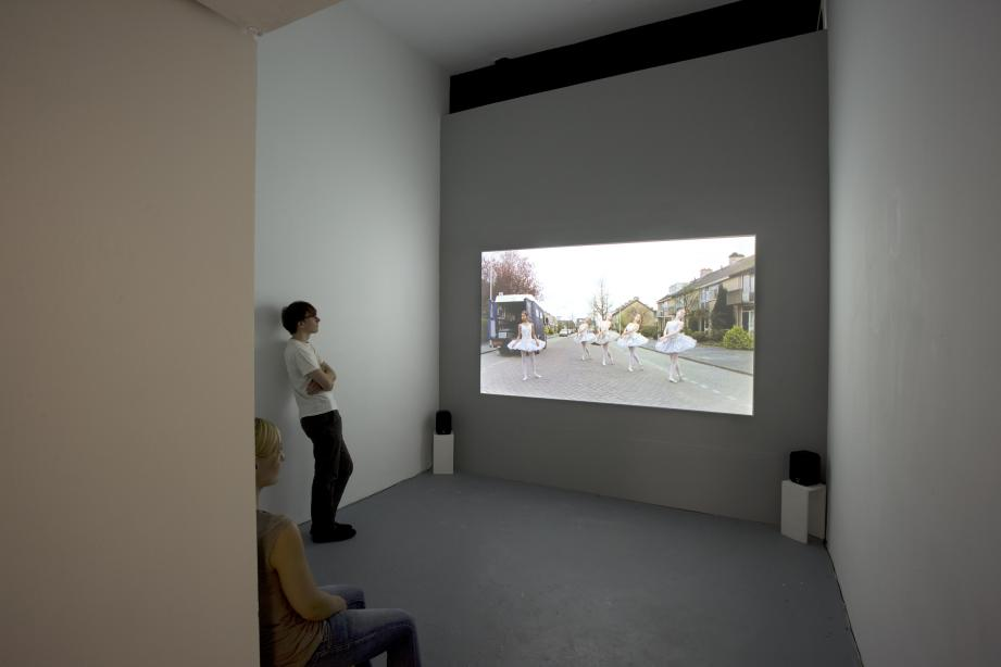 Installationsansicht, Nummer twee: Just because I´m standing here, doesn´t mean I want to, 2003, 3 min., Foto: Cem Yücetas